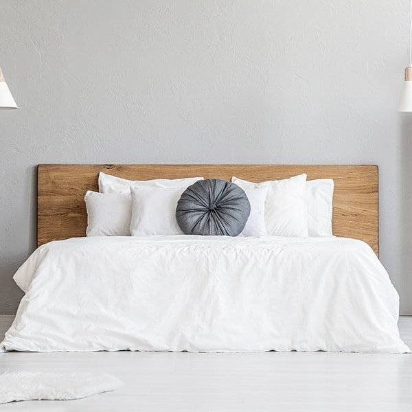 Photo de face d'un lit avec coussin joliment disposés