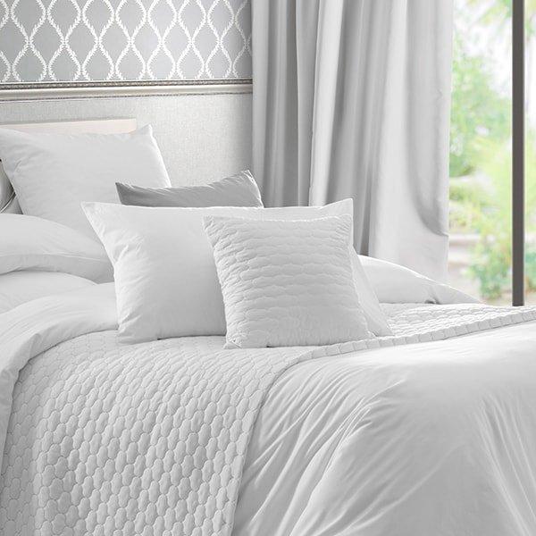 photo d'oreillers disposés sur un lit
