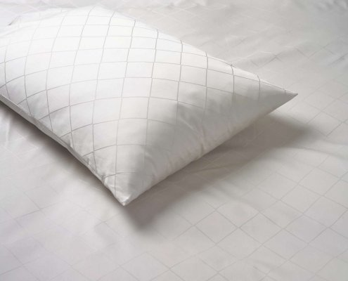 oreiller disposé sur un duvet